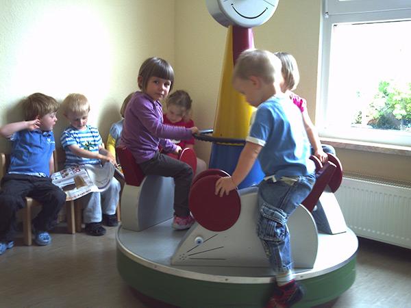 Kinder auf kleinem Karussell