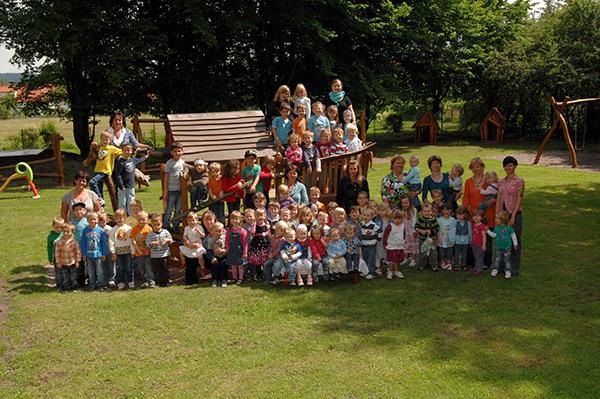 Kindergruppe im Garten