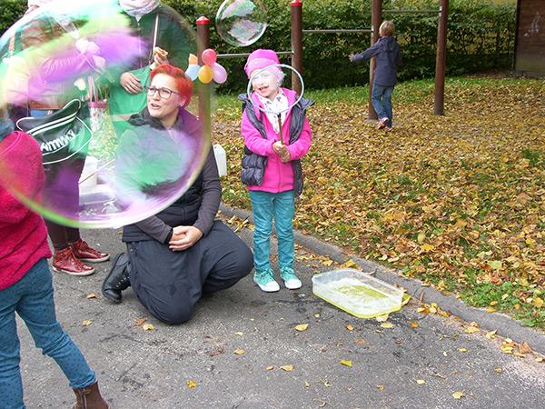 Kinder machen Seifenblasen